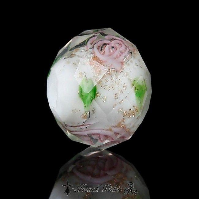 18 perles de verre au chalumeau à facettes fleurs roses sur fond blanc et paillettes d'or.  10 x 8 mm, trou de passage de fil 1.2 mm, épaisseur 8 mm
