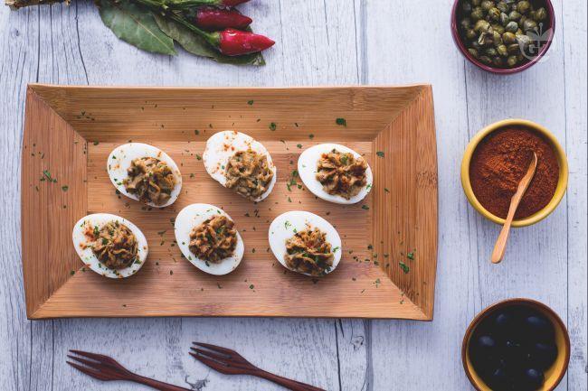 Le uova alla diavola sono uno stuzzichino o antipasto per amanti del piccante: un'ottima introduzione per  una cenetta romantica e afrodisiaca.