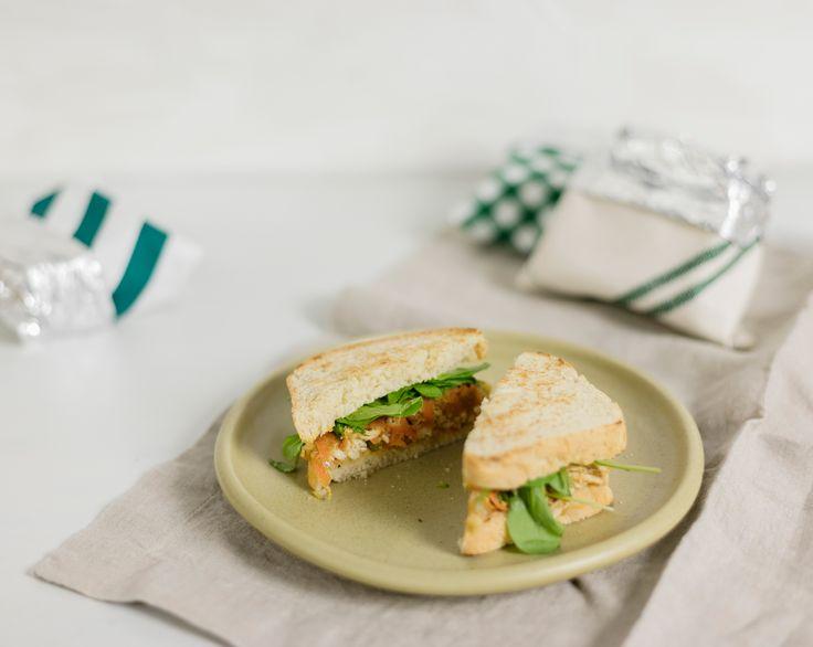 Sanduíche de frango com maçã | Receita Panelinha: Que tal um sanduíche natural, com cara de praia e recheio de frango? Nesta receita, em vez de cozido o frango vai ser assado (bem suculento!). E no lugar da maionese, pra dar aquela liguinha, usamos maçãs.