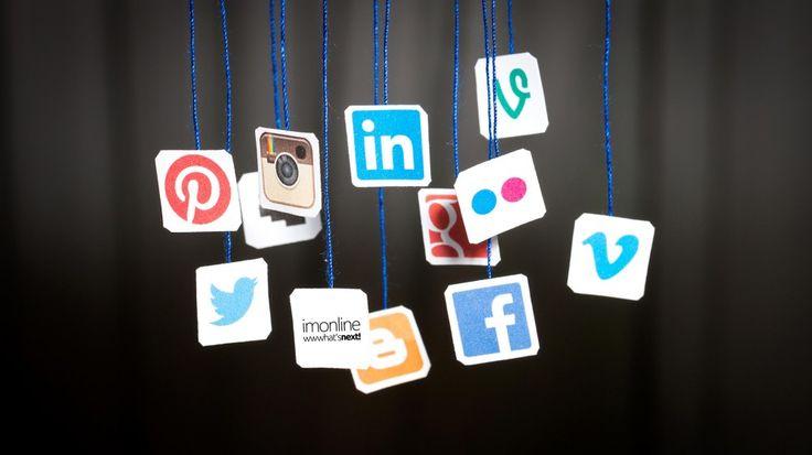 Στατιστικά στοιχεία κοινωνικών δικτύων  Τα τελευταία χρόνια, η χρήση των κοινωνικών δικτύων παρουσιάζει παγκοσμίως ραγδαία αύξηση. Ιδιαιτέρως το δημοφιλέστατο Facebook ήταν το πρώτο που ξεπέρασε τους 1 δισεκατομμύριο λογαριασμούς και τώρα έχει σχεδόν δυο δισεκατομμύρια ενεργούς χρήστες μηνιαίως. Επίσης, αξιοσημείωτη ανάπτυξη παρουσιάζει το Pinterest το οποίο έχει φτάσει τους 10 εκατομμύρια μοναδικούς επισκέπτες ανά μήνα…