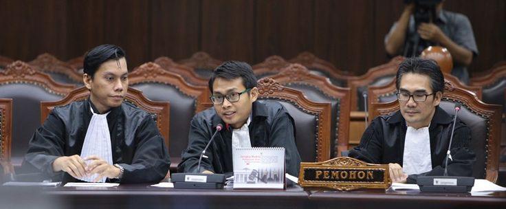 Kuasa Hukum Pemohon saat menyampaikan pokok-pokok permohonan perkara Pengujian UU Narkotika, Kamis (6/7) di Ruang Sidang Pleno Gedung MK. JAKARTA ,07 Juli 2017, 18:36 -Sutrisno Nugroho, seorang te…