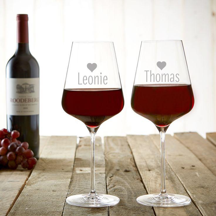 Zu zweit einen guten Wein genießen - wie könnte man einen Abend schöner verbringen? Unser Weinglas mit Gravur - Herzen - Personalisiert - 2er Set macht den gemeinsamen Moment der Ruhe noch schöner.