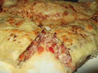 Υλικά: Δυο δόσεις ζύμη για κρέπες 250γρ ρεγκάτο τριμμένο ή άλλο τυρί 250γρ φέτα τριμμένη 15-20 φέτες μπέικον 2 ντομάτες ξεφλουδι...