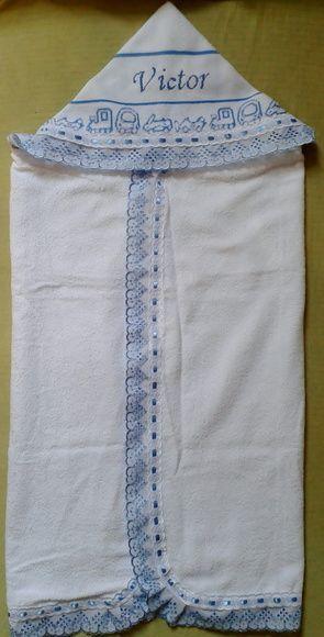 Linda toalha bordada com capuz e forrada com fralda. O nome de seu bebe  bordado em ponto cruz e o barrado da toalha toda com bordado inglês. …  45ae1ceebb7