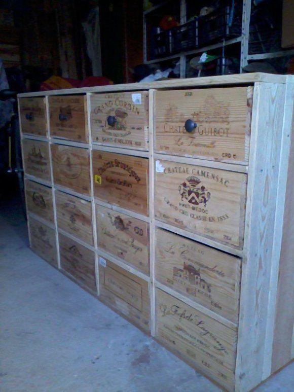Here is a cupboard made out of pallets and wine boxes.   Meuble fabriqué avec des palettes et des caisses de vin en bois.    Idea sent by mimojette !