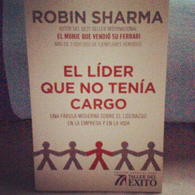 Please repin Que espectacular este libro, solemos pensar que los grandes lideres tuvieron la suerte de nacer con esa cualidad, solemos pensar que ellos no pasaron por las mismas dificultades en que a veces nos encontramos.... Pero que bueno poder contar con este libro, que bueno es saber que tu y yo llevamos un #Lider que esta ansiosopor salir  y dar lo mejor de cada uno de nosotros #LiderSinCargo  #Liderazgo #RobinSharma #Libro #DescubreElLiderQueHayEnTi