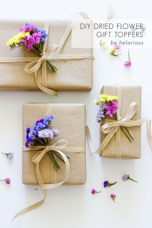 Ramilletes de flores secas como adorno para envoltorios de regalo.