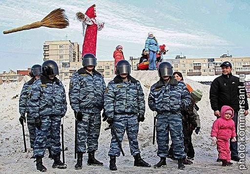 Предприниматели Хасанского рынка, выселяемые по решению суда, в день празднования Масленицы. Санкт-Петербург, февраль 2010. Денис Вышинский