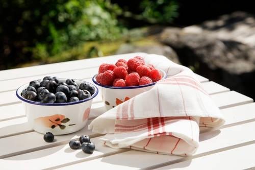 Kesäiset marjat sopivat sellaisenaan vaikka välipalaksi, mutta ovat myös koristeina leipurin suosikkeja.