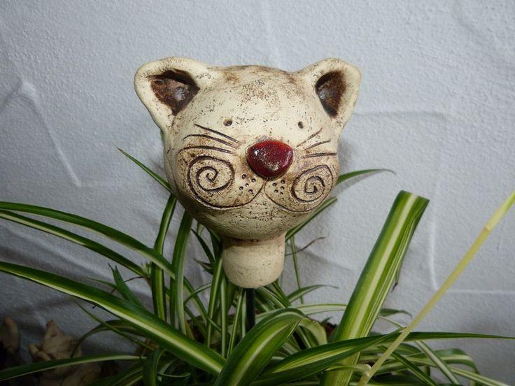 Gartenfiguren - Gartenkugel Katze aus Keramik - ein Designerstück von Eleart. Ein Katzenkopf lugt aus dem Strauch? Ein Hingucker für jeden Garten ist diese Miezenkugel. Sie kann auf einen Holzstecken oder Eisenstab in den Garten oder in einen Pflanzentopf gesteckt werden. Die Mieze kann auch im Winter draußen bleiben, sie ist frostfest gebrannt. Der Kopf hat einen Durchmesser von ca 9 cm, er ist ca. 13 cm hoch und wiegt 410g. Die Öffnung am Boden hat einen Durchmesser von 2 cm.
