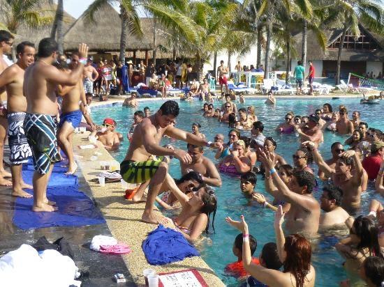 college girls spring break cancun