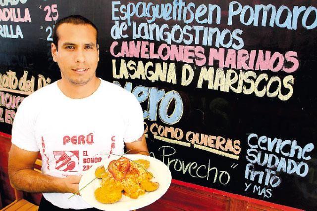 """El anticucho de pez espada es el plato estrella del restaurante-cebichería El Ronco 294, ubicado en La Perla, Callao. """"Se trata de trozos de pescado a la parrilla presentados en los emblemáticos palitos de carrizo..."""