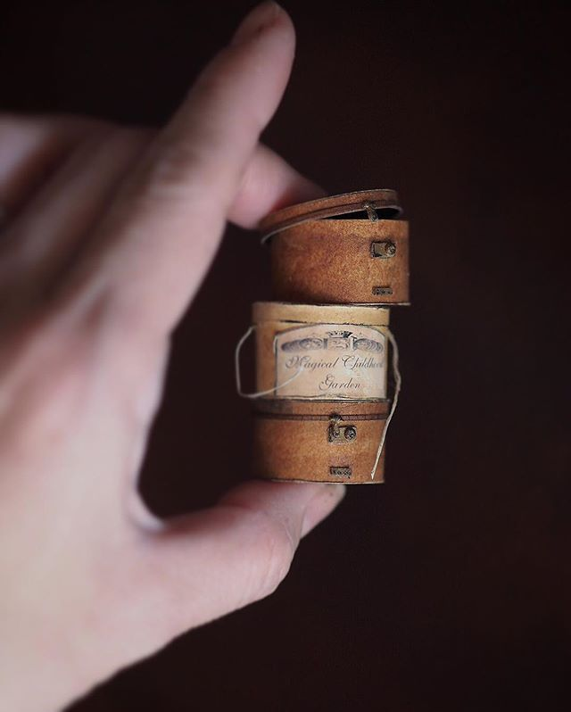 ❤︎ ・ original handmade miniature hatbox size 1/12 . . ハットボックスいろいろ。 ・ ・ コメントのお返事が出来なくて すみません!🙇 ・ ・ 今日からお弁当作り再開。 がんばろう!🏃💦 ・ ・ ・ ・ ・ ・ ・ ・ ・  #ミニチュア #miniature #フレンチ  #box#小さいもの#doolhouse#ドールハウス #antique  #Frenchdecor#帽子 #シルクハット#アンティーク風#雑貨#ハットボックス #アンティークボックス  #hat#紙箱 #cute#tophat