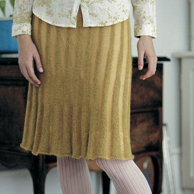 Strikkede nederdele er ikke til at komme udenom. Prøv denne med striber af mohair og hør.