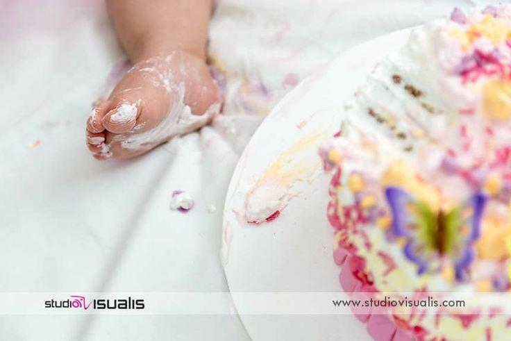 Smash the cake...anche con i piedini! Fotografie professionali per bambini.  #fotografo #compleanno #idearegalo #torta