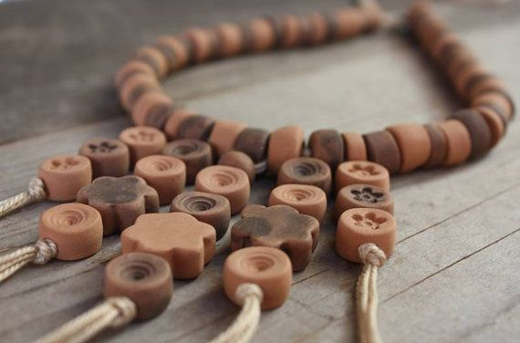 Collana in ceramica con pendenti e perle decorate di NidaCeramiche