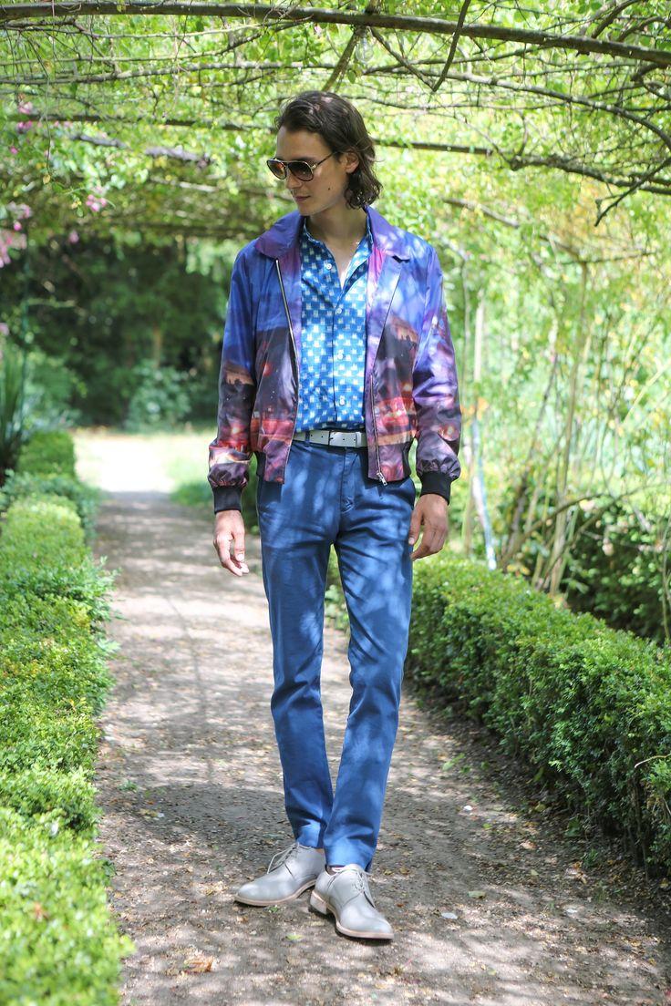 """blouson impression numérique photo © agnès b. """"Paris la nuit"""" chemise en coton tissé Ikat bleu et blanc pantalon en coton surteint bleu"""