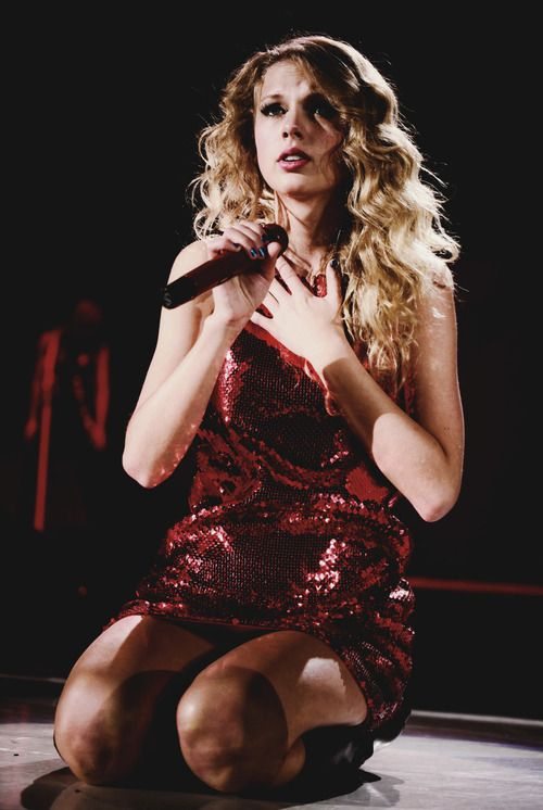 "Taylor swift singing ""Forever and Always"" The Fearless tour! That is my favorite song ever!"