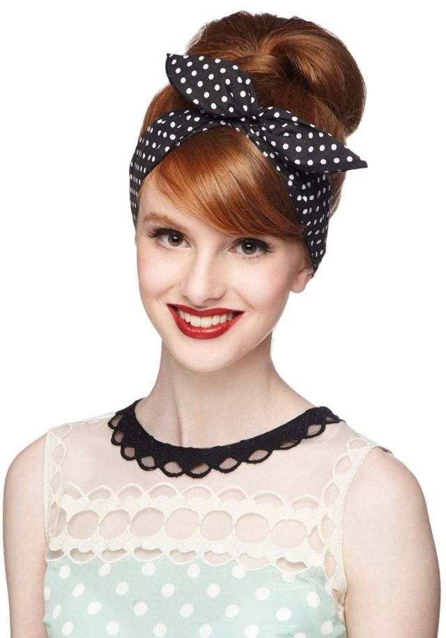 rockabilly frisur mit haarband gepunktet hochsteckfrisur 50er jahre