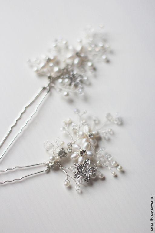 Купить или заказать Свадебные шпильки для прически невесты Свадебное украшение для невесты в интернет-магазине на Ярмарке Мастеров. Изысканный свадебный аксессуар прекрасно дополнит образ стильной и нежной невесты. Все наши работы есть в /enzebridal/ Шпильки хорошо гнутся и укладываются в прическу. Отличная альтернатива гребням. Идеально подойдут для причесок с короткими волосами. Цвет: Элементы и проволока серебристого тона. Возможно выполнение в золотом. Жемчужины цвета слоновой ко…