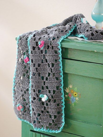 Filetsjaal gehaakt met ByClaire1 katoen. Het patroon komt uit het eerste boek van Claire en Saskia, Haken&Kleur-Een huis vol geluk.