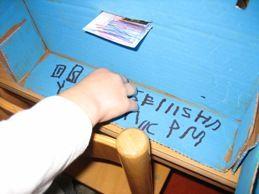 In ons postkantoor kan overigens ook gepind worden. Hiervoor heeft elk kind een pasje met zijn foto en handtekening erop. Dit pasje komt in de gleuf, de pincode wordt ingetoetst en ineens komt er geld uit door een andere gleuf.