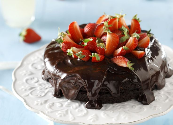 Photo credit: G. Drakopoulos -Food Styling: T. Webb  Για το κέικ   Προθερμαίνουμε το φούρνο στους 180 βαθμούς. Αλευροβουτυρώνουμε 2 στρογγυλά ταψάκια με αποσπώμενη βάση...