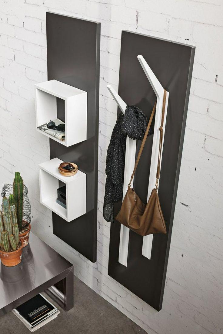 Die Garderobe Ramo besitzt Kleiderhaken und quadratische Regalfächer