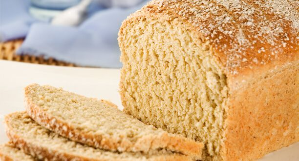 Ekmek ve tahıllar sağlıklı ve dengeli beslenmenin önemli bir parçasıdır. Kilo vermek amacıyla ekmek yemeyen pek çok kişi vardır, ancak bu beslenme açısından doğru bir yaklaşım değildir. Ekmek, vücudunuz için lif ve karbonhidratlar sağlar. En iyi ekmek türünün hangisini olduğunu anlamanız ve bunu dengeli bir şekilde tüketmeniz gerekir. Aşağıda bunu daha ayrıntılı olarak açıklayacağız.