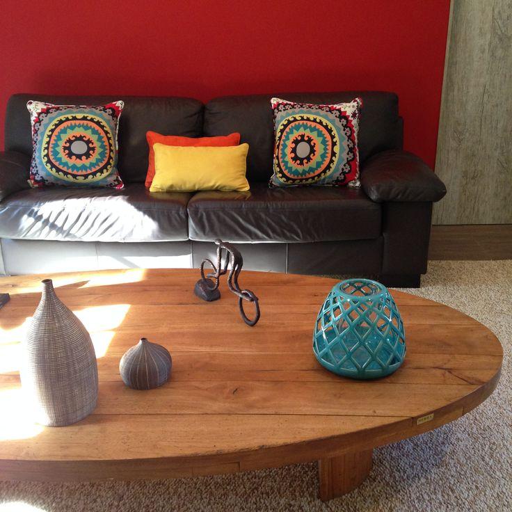PROJETO STAL ARQUITETURA Que tal ousar e apostar em uma parede vermelha no Living? O resultado foi um ambiente jovem, alegre e despojado, mesmo com um sofá de couro preto! www.stalarquitetura.com.br
