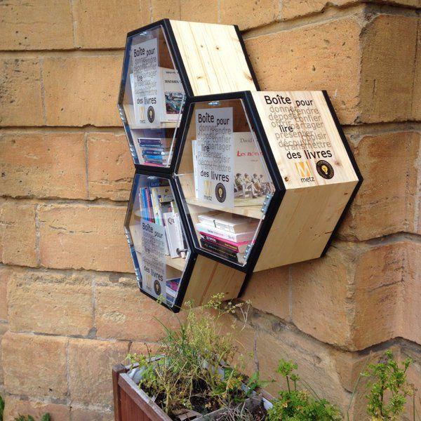 Après les distributeurs de belles histoires à Grenoble, c'est au tour de Metz de mettre en placedes mini bibliothèques dans les rues de la ville en livre service. Depuis aujourd'hui, il est possible de consulter des livres gratuitement ou d'en déposer en échange afin d'inciter les habitants à découvrir de nouvelles oeuvres littéraires et encourager