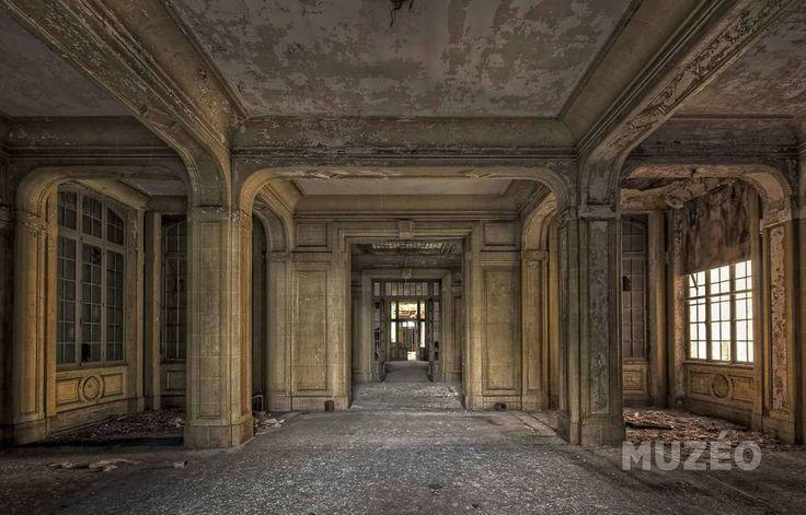 Muzéo, Edition d'art et de photo   Hall d'entrée dans un immeuble de bureaux abandonnés (Thionville, FRANCE) de Starflinger Andy © Andy Starflinger/Buchcover / Photononstop