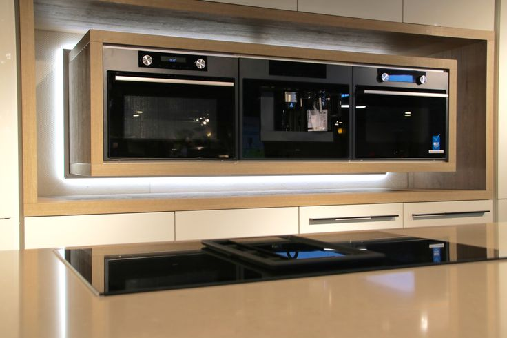 Mat zwarte apparaten in witte moderne keuken