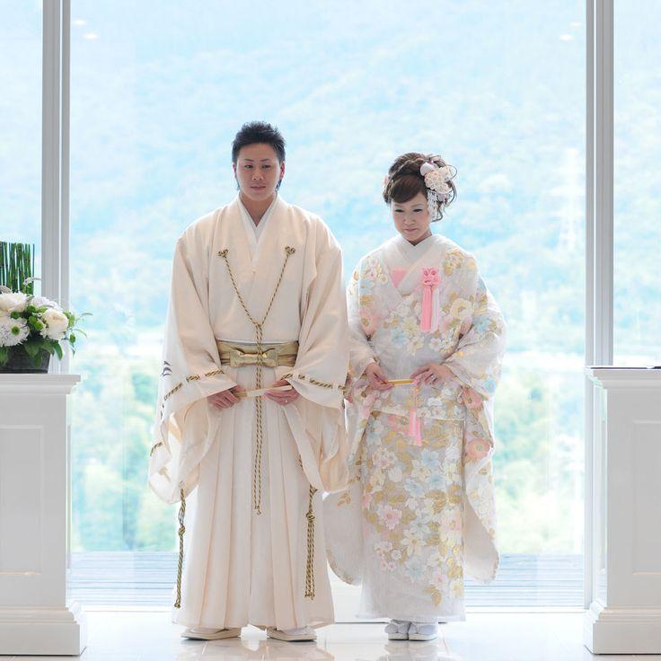 ピュア感あふれる白い袴。厳粛な雰囲気の挙式なら。結婚式に着たい新郎の袴姿。ウェディング・ブライダルの参考に。