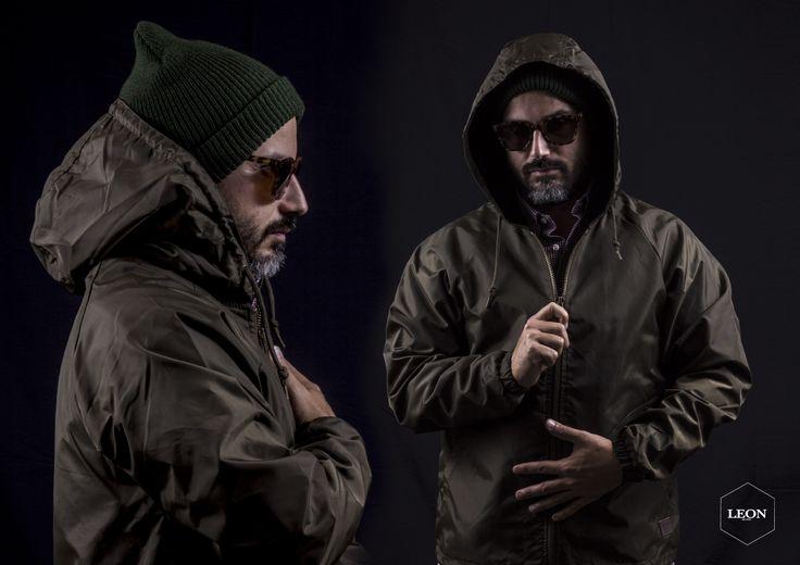 n queste foto possiamo vedere Alby che indossa la giacca Claxton di @brixton occhiali KOMONO e berretto BRIXTON. Il CLAXTON è una giacca di nylon 100% waterproof antistrappo con cappuccio e zip frontale per una totale copertura contro vento ed acqua