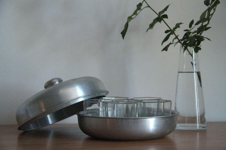 Ancienne yaourtière Yalacta en aluminium et pots en verre pyrex... http://www.lanouvelleraffinerie.com/nouveautes/727-yalacta-ancienne-yaourtiere-en-aluminium-et-pots-en-verre-pyrex.html