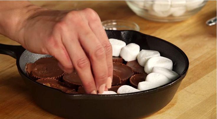 Elle superpose du chocolat et des guimauves dans une poêlonne, vous en saliverez!