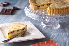 La crostata pasquale alla ricotta e cioccolata è un goloso involucro di pasta frolla farcito con  una crema di ricotta e gocce di cioccolato.