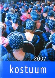 Elk jaar sta ik weer versteld van de mooi verzorgde Kostuum uitgave van de NVKKMS. Ook dit jaar staat het jaarboek boordevol interessante artikelen, zoals: Een passie voor kant, Geen last van zwaartekracht (Het ideale lichaam van etalagefiguren), Max Heymans: de man die de Nederlandse haute couture op de kaart zette, en Goedverkoop en kledingveilingen in Staphorst. - Berthi.web-log.nl