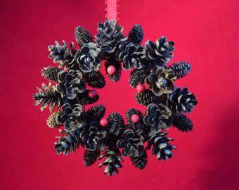 Mini pino cono ornamento de la corona con un lazo rojo país