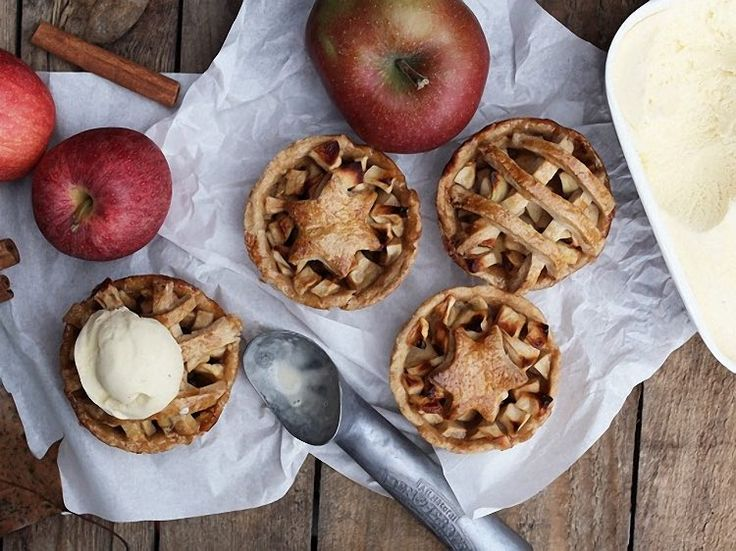 DIY tutorial: Bake Mini Apple Pies for the chilly Autumn evenings. #diy #baking #recipes #applepie