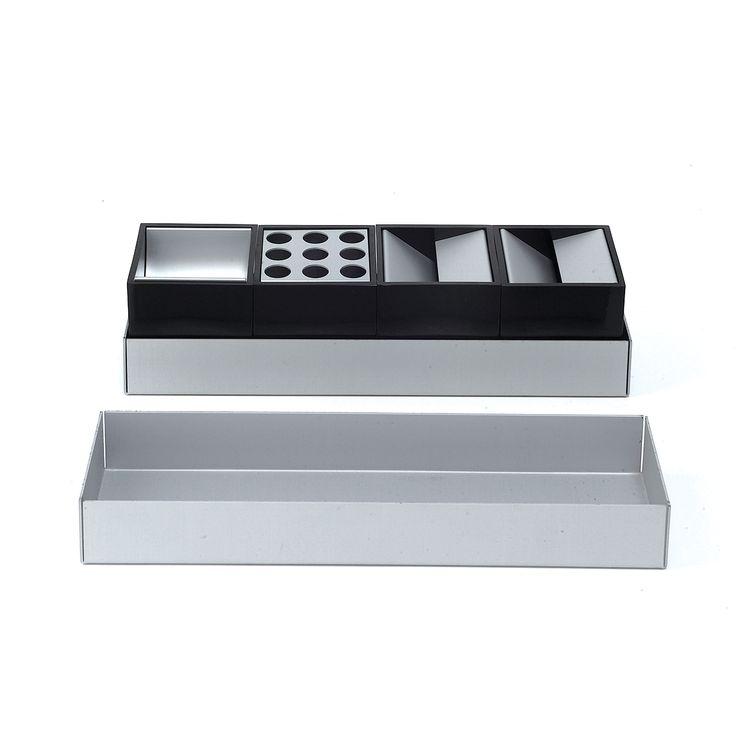 Geometrico set da scrivania inalluminio anodizzato naturaledalla forma semplice. Dalla sapiente creatività di uno dei maestri del design italiano, Bruno Munari, nasce questo meraviglioso pezzo iconico.