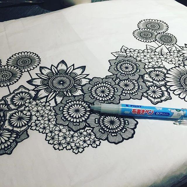 【rieco.paj】さんのInstagramをピンしています。 《書き初め  ⑦ 羽田のカフェで作業中!! I don't use any tools and rough sketch when I drow picture. Everytime,I draw directly object. 〜ボールペンで世界に一つを作り出す〜 ☆定規コンパス下絵#当たり を一切使用しない完全#フリーハンドによるボールペン#工芸アーティスト☆  #ファブリックパネル  #布 #曼荼羅 #直書き #direct #freehand #inkart #ボールペン1本で世界に1つを作ります #rieco  #ボールペンアート #羽田空港第1ターミナル #完全フリーハンド #penart  #mandala #花文様工芸 #inspiration #drawing #art #桜 #新工芸 #カフェで作業 #書き初め #artprocess #制作過程》