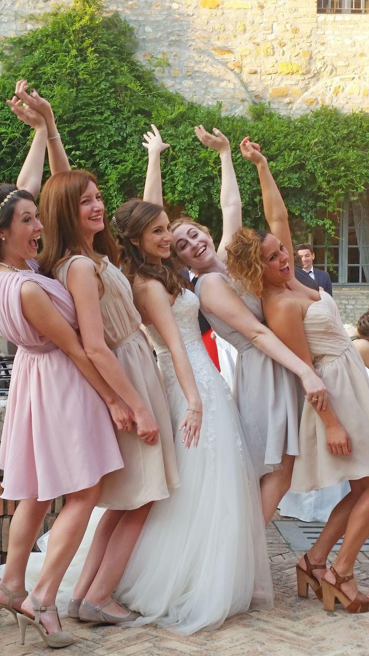 bridesmaids soft colors. Damigelle colori pastello, rosa cipria, grigio polvere, champagne, abiti su misura e disegno della sposa in  chiffon.