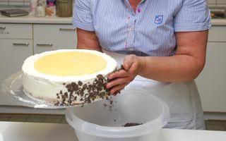 Eine gelungene Torte ist der Star der Kaffeetafel. Doch wie lässt sich das süße Gebäck dekorativ herrichten? Das zeigte Konditormeisterin Britta...