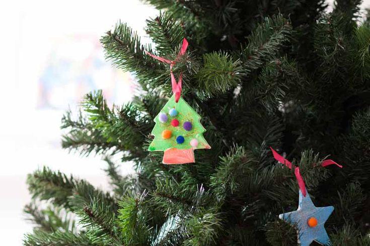 Lo prometido es deuda y aquí está una de las actividades que os propongo para decorar la casa en Navidad. En esta ocasión os voy a mostrar como hemos hecho Marc y yo nuestros adornos para el árbol de Navidad. No son unos adornos muy comunes ya que los colores que relacionamos normalmente con la …