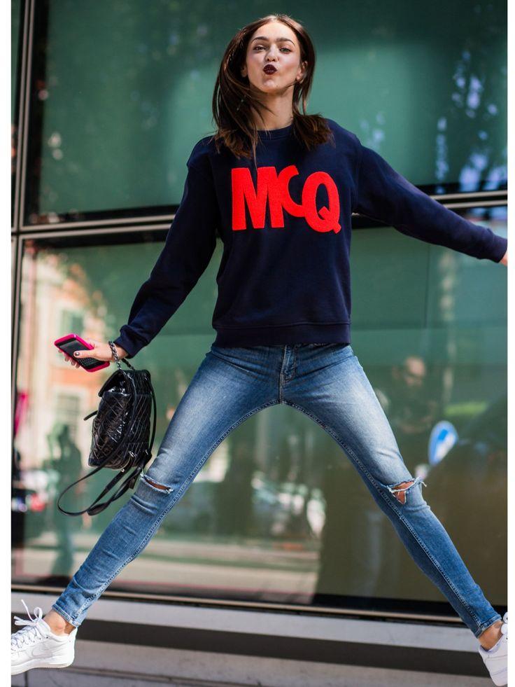 Model Zhenya Kattavahat gute Laune - und trägt einen hinreißenden…