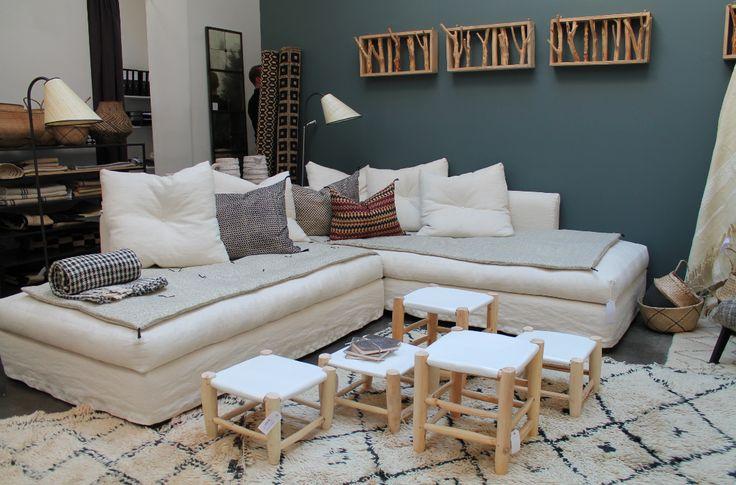 Natural colors and wood at the Caravane store in Le marais. Blue painting and white linen sofa. Canapé Caravane en lin naturel. Ambaince cosy au couleurs claires et bois.