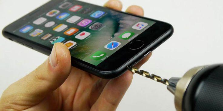 """Как найти скрытый вход для наушников в iPhone 7. Или история о том, как сотни обладателей """"Яблока"""" поверили блогеру."""
