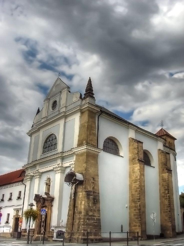 klášter františkánů s kostelem sv. Františka Serafínského (mesto Turnov, Zachovalý kostel vystavěn v letech 1651 – 1655 na náklady Maxmiliána z Valdštejna. Kompletně obnoven v letech 1822 – 24 po velikém požáru v roce 1803. Kostel je zevně v duchu empíru, v který byl přestavěn v letech 1822 – 1824.)